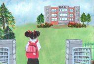 곱슬머리의 소녀가 가방을 메고 초등학교 건물을 바라보며 정문 앞에 서 있는 뒷모습